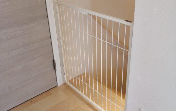 犬のゲート階段前白